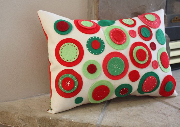 this is so cute: Felt Circles, Christmas Crafts, Circles Pillows, Felt Crafts, Felt Christmas, Christmas Pillows, Felt Pillows, Throw Pillows, Diy Christmas