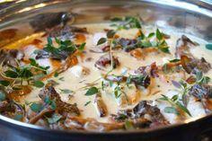 Ok, jag är kär – igen! Haha... I den här kycklinggrytan med stekta kycklingfiléer, trattkantareller, stekt mandelpotatis och knaprigt bacon. Smaksatt med dijonsenap! Ja, den tog slut rätt...