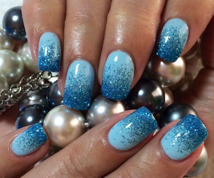 Fingernägel mit Nagellack in hell und dunkel blau / Art Gel Nail Design