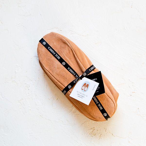 Qué gusto llegar a casa después de un largo día y ponerse las babutxes. Las zapatillas que nos proporcionan comodidad y calorcito. Fabricadas en Mallorca a mano, con piel bovina y borrego auténtico. Puntada a puntada desde los años 60, un clásico que combina perfecto con el pijama. ¡Ojalá pudiesen llevarse a la calle!