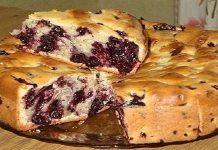 Очень простой и быстрый пирог с чёрной смородиной. Смешал и шедевр у тебя столе! Нежный и ягодный!