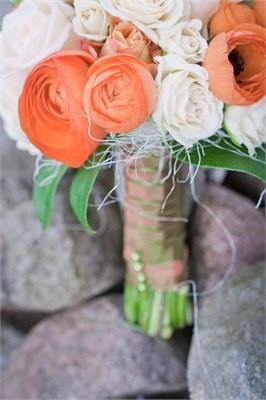 I'm not sure what kind of flowers these are but I really like them!!! I love this bouquet!