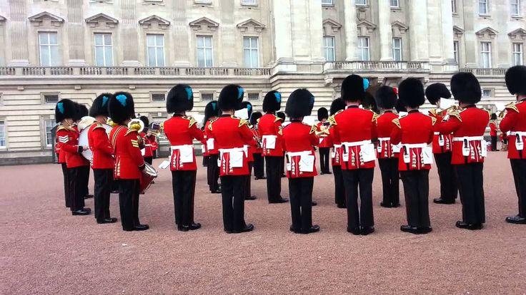 'Juego de Tronos' es una de las series más populares a tal punto que la Guardia de la Reina toca su música.  Escrita porGeorge R. R. Martin, la serie 'Juego de Tronos' que aterrizó en la televisión gracias a HBO se ha convertido en uno de los fenómenos televisivos más imp