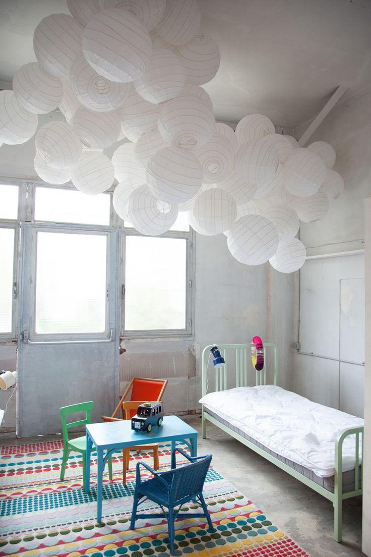 Chambre de petite fille fraîche et poétique sous un ciel de boules japonaises blanches...