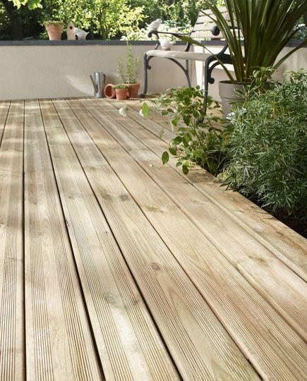Une terrasse en bois naturel - Les plus belles terrasses en bois... et leurs imitations - CôtéMaison.fr