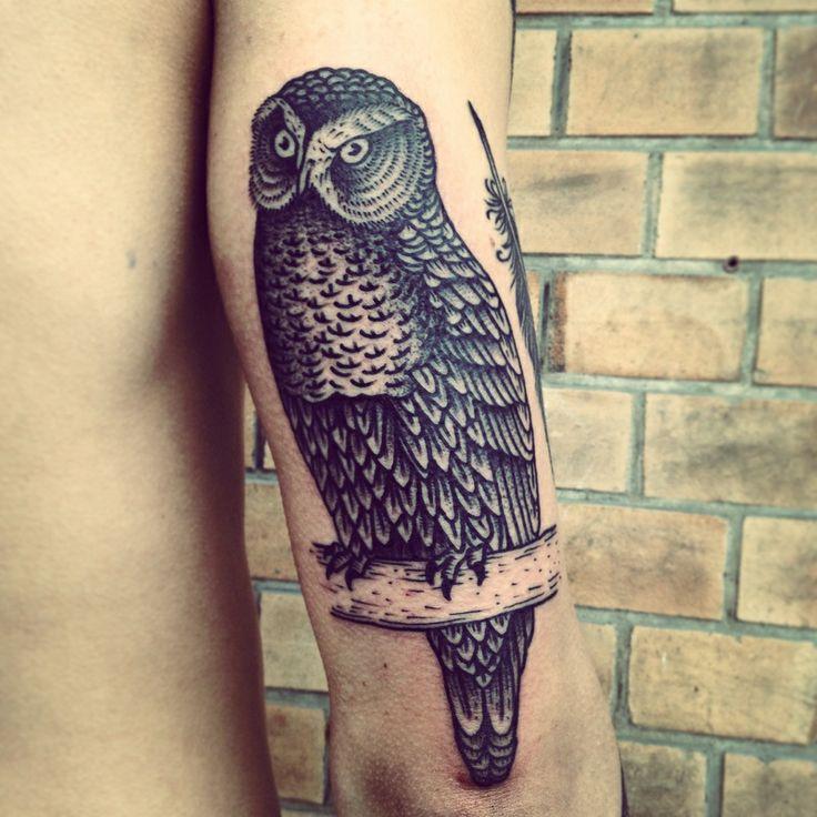 Tatuaggio di un gufo fatto con uno stile simile alle incisioni by Henric Nielsen