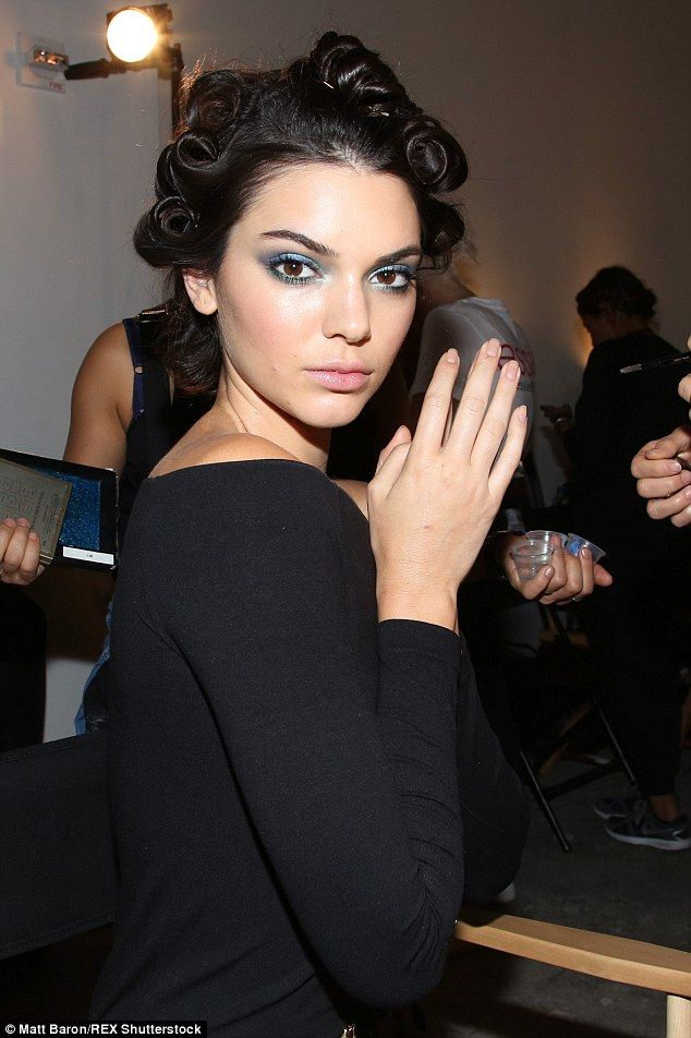 Kendall Jenner shaves her legs while heading to next NYFW runway show #dailymail