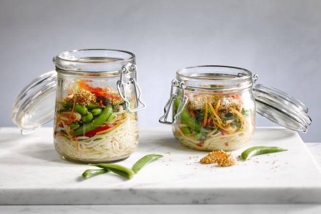 Elke dag eengezonde, originele maaltijdverzinnen om mee te nemen naar je werk is niet altijd een makkelijke klus. Wat dacht je van een noedelsalade? Wil je helemaal hip zijn? Steek de noedels dan in een 'jar' en iedereen zal jaloers zijn op jouw lunch!