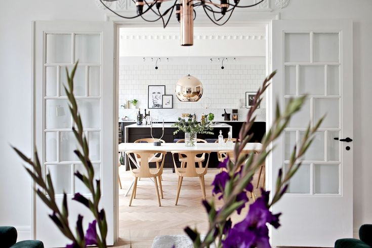Een metallic lamp is een mooie eyecatcher, zo ook in dit appartement