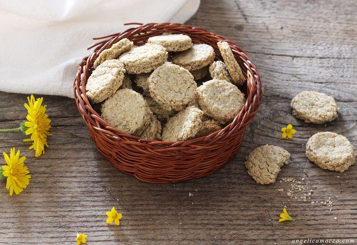 I mini crackers di avena con rosmarino sono uno snack semplice e sfizioso, non richiedono lievitazione e sono 100% vegetali, senza uova e latticini