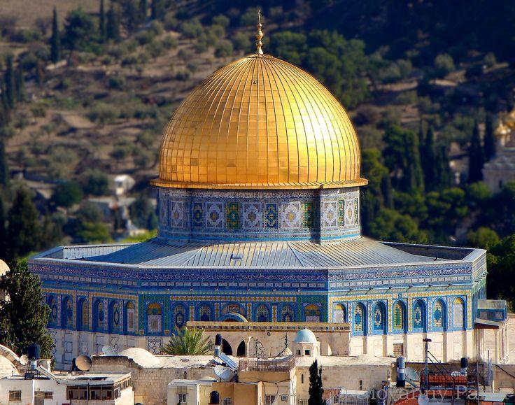 Domo de la Roca - La Cúpula de la Roca (en lengua árabe, قبة الصخرة Qubbat as-Sajra) es un templo islámico situado en Jerusalén, en el centro del Monte del Templo. Fue construido entre los años 687 y 691 por el noveno califa, Abd al-Malik. También se le conoce como la mezquita de Umar (aunque en realidad no es una mezquita al uso) debido a que es el lugar donde el segundo califa Umar rezó tras la conquista de Jerusalén por parte de los musulmanes. Los musulmanes consideran además que éste…