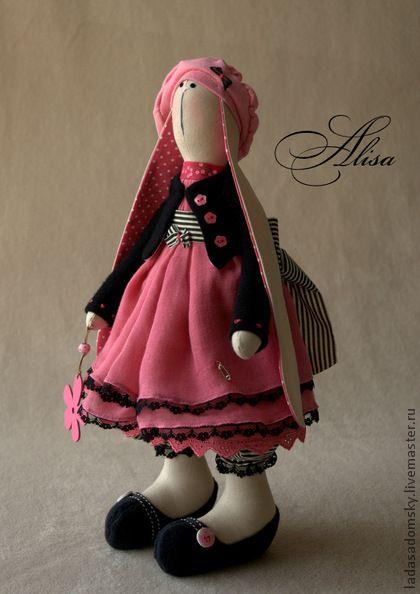 Зайка Alisa. Зайка Алиса - текстильная игрушка. Может  самостоятельно стоять и сидеть . Ткани платья и пантолончиков английского производства. В составе 100 % хлопок. Шапочка и кофточка - трикотаж - 100% шерсть. Подюбник отделан кружевом в тон основного платья.