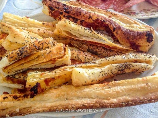 Bastoncini di pasta sfoglia con pesto di pomodori secchi e semi di papavero