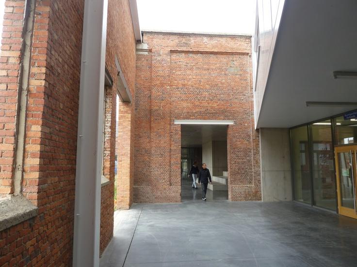 oud en nieuw gaan mooi samen, rondom de entree gaan binnen en buiten een dans met elkaar aan; WDT-loods Antwerpen tot sport- en evenementen hallen; Verdickt & Verdickt Architecten