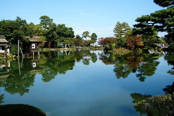 晴れが多い夏は兼六園の池の鏡面度もまして一層美しい!