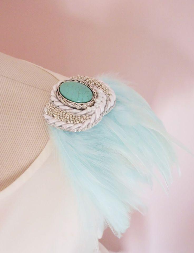 Hombrera de plumas en color turquesa con piedra de mar pulida 9350433c2ffd