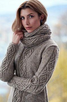 Женский пуловер с отделкой - фигурный жгут. В комплект входит шарф-снуд.