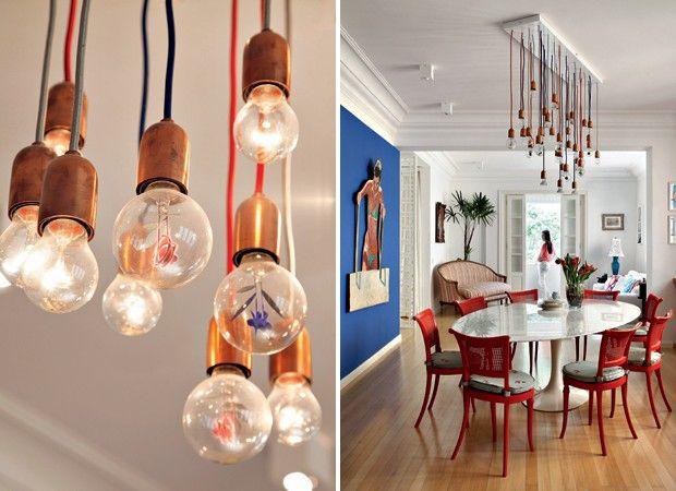 Algumas lâmpadas têm miniesculturas metálicas nos filamentos. Posicionada na diagonal da sala de jantar, ela sugere que as cadeiras e a mesa sigam a mesma direção e, assim, tudo sai do script previsível. Arquiteto Felipe Rio Branco.