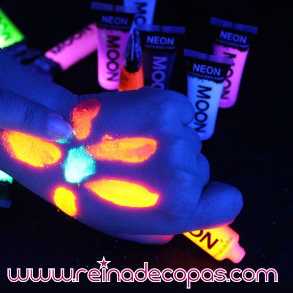 Maquillaje neon uv aplicado en manos. http://www.reinadecopas.com/es/maquillajes-fluor-uv/314-gel-neon-uv-12-ml.html