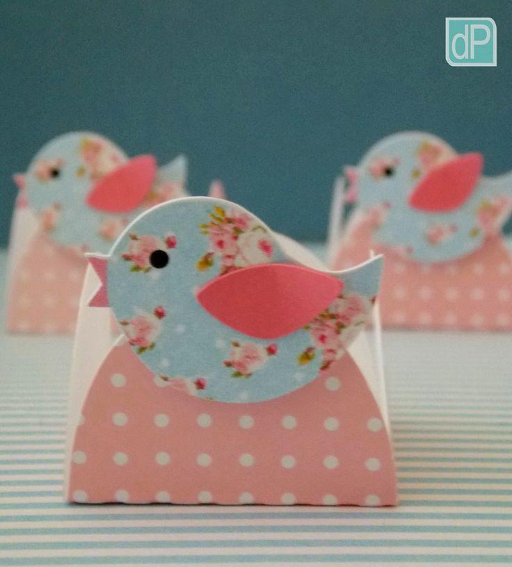 Forminha petit poá rosa com passarinho floral para guardar docinhos. <br>Medida: 3,5cm de base. <br>Unidade. <br>Pedido mínimo: 15 unidades