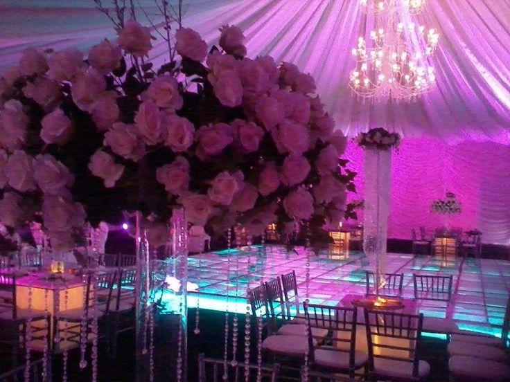 vive la magia de un decorado en tlas iluminadas y mesas de cristal para contraste