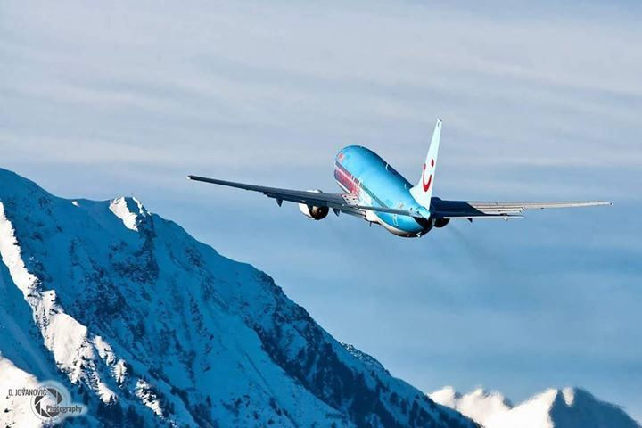 Stunning Thomson 737 Climbing out of Innsbruck! By instagr.am/danijeljovanovicphotography #avgeek TUI Group