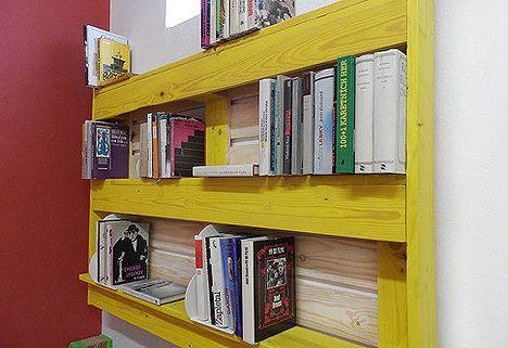 Z přepravních palet si můžete vytvořit třeba knihovnu ; PALETY ON LINE