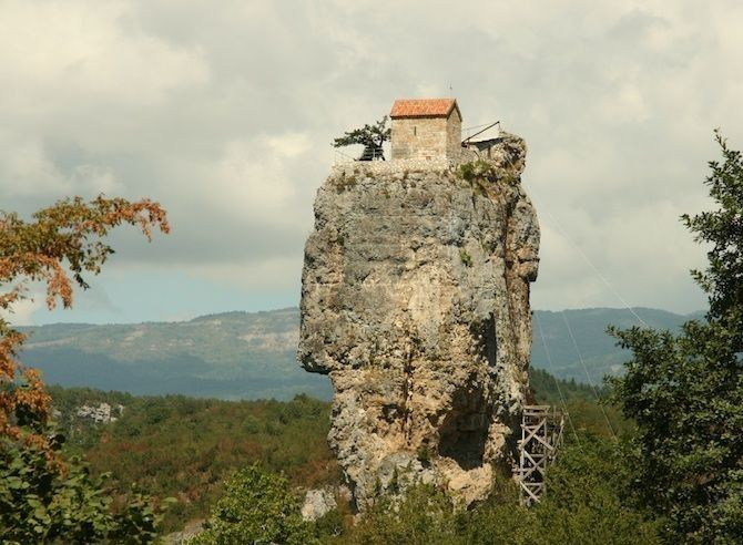 Katskhi in Georgië Een 40 meter hoge rots met een kerkje op de top.