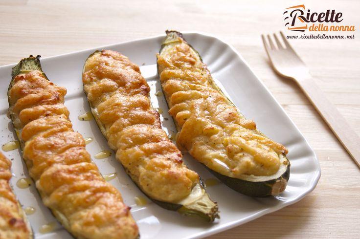 Le zucchine ripiene sono un classico dell'estate, qui troverete la ricetta per preparare delle zucchine ripiene tipiche della tradizione ligure, con pane ammollato nel latte, uova e mortadella. Procedimento Tagliate le zucchine in due per il senso della lunghezza e bollitele per 5 minuti. Eliminate la polpa aiutandovi con un cucchiaino e mettetela da parte. […]