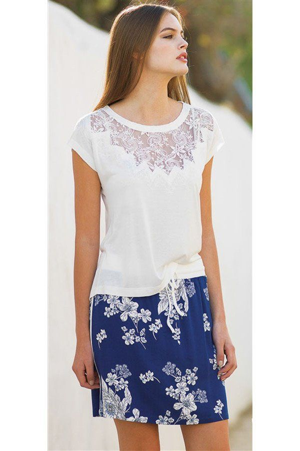 Sommer Pyjama, Hausanzug, bequeme Sommermode mit blauem Rock in Blumenmuster und weißem T-Shirt mit Spitzedetails