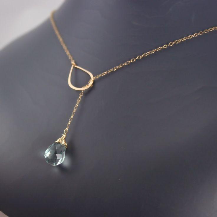 Collar elegante, sencillo, delicado y hermoso ofrece piedra aguamarina cuarzo briolette color magnífico; azul y verde mezclan. Yo a mano el lazo de oro y unido a una delicada cadena de oro. No hay ningún broche; simplemente desliza la piedra a través del lazo dos veces o 3 veces