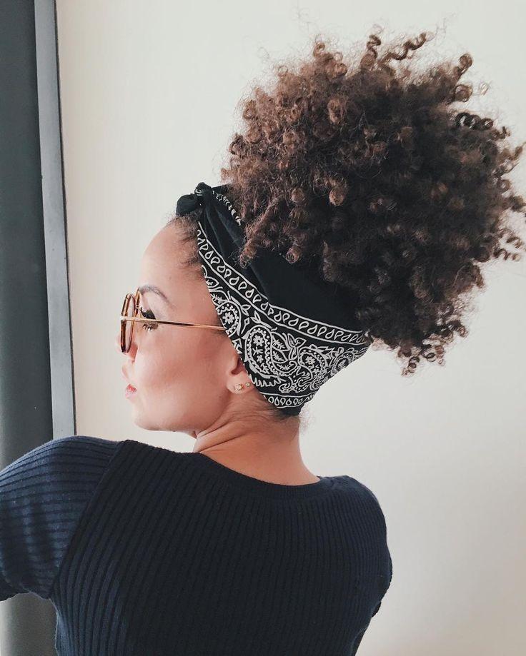 Natural and curly. Cheveux bouclés, queue de cheval haute avec bandanas  Simple et beau