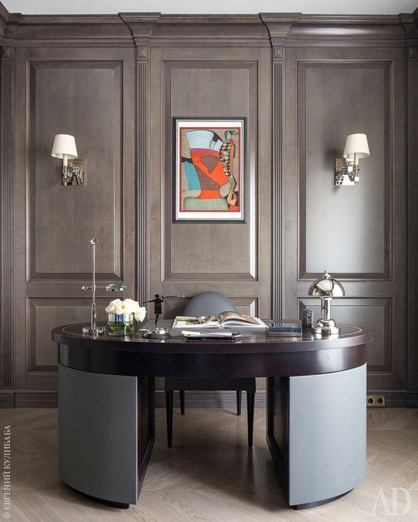 Кабинет. Стол с обтянутыми кожей фасадами изготовлен по проекту декоратора. Бра Visual Comfort. Литография Михаила Шемякина