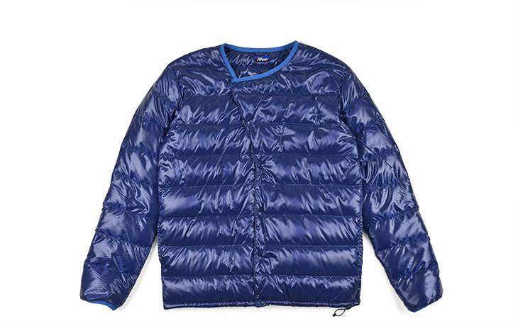 NANGA Inner Down Jacket 19,440円 (税込) 日本製/表地-ナイロン100% 裏地-ナイロン100% 中綿-ダウン90% フェザー100% ライダースジャケットからインスパイアされたフロントデザイン。内側にスナップボタンを配置し、中で止めるとVカーディガンとしても着用できます。 腰部分にはハンドウォーマポケット。裾にはドローコード。携帯に便利なスタッフサックはジャケット内側のスナップボタンで取り付けることも可能。 ジャケットやコートなどのインナーにはもちろん、一枚で軽アウターとしても着用可能な汎用性の高いダウンジャケットです。