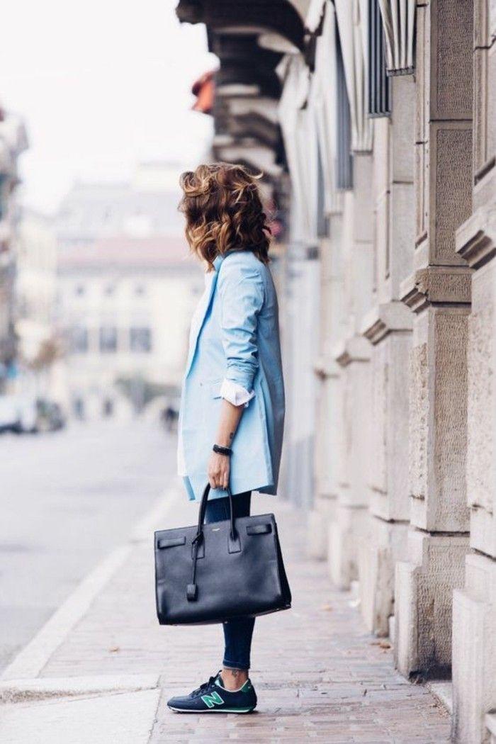 comment combiner les baskets femme de couleur bleu foncé, veste bleu clair