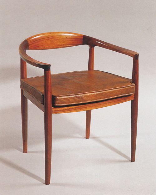 Autor: Javier Carvajal Tipo: Silla Loewe Año: 1959 Descipción: Estructura de madera, asiento tapizado. Ubicación Original: Tienda Loewe de Serrano