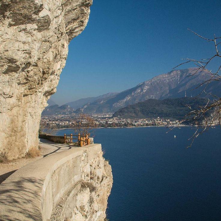 Da fare sul Lago di Garda: sporgersi da tutte le sporgenze lungo la Strada del Ponale Riva del Garda. Trento.