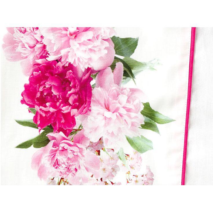 Juego de Sábanas algodón 100%, percal, con un gramaje de 200 hilos  Ideales para uso diario especialmente en primavera y verano, son frescas y transpiran fenomenal.  Con un diseño estampado muy bonito de flores grandes rosas y una paleta de colores muy luminosa este juego sábana le da un arie muy provenzal a la habitación.  Las sábanas estampadas encajan a la perfección con dormitorios de estilo romántico, con cabeceros de forja o metal o de mimbre pintado, y con cualquier color de pared.