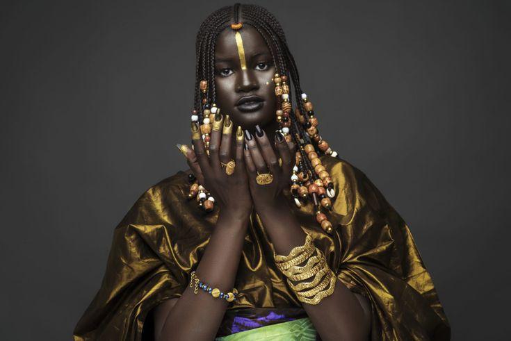Le modèle sénégalais Khoudia Diop, récemment devenue célèbre pour la beauté de sa peau noire foncée rend ici hommage à sa culture Nyenyo du Sénégal.