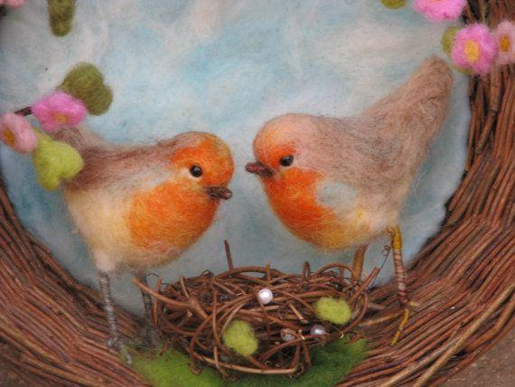 HECHO POR ENCARGO    Hice esta decoración para celebrar la primavera como un tiempo de amor y nuevos comienzos. Un par de petirrojos sentado debajo