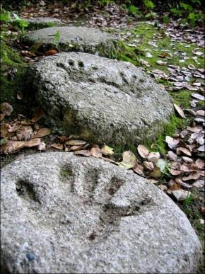 handjes en voetjes in de tuin
