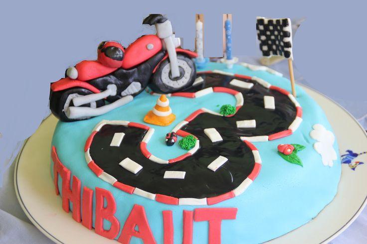 Gâteau d'anniversaire personnalisé moto en pâte à sucre