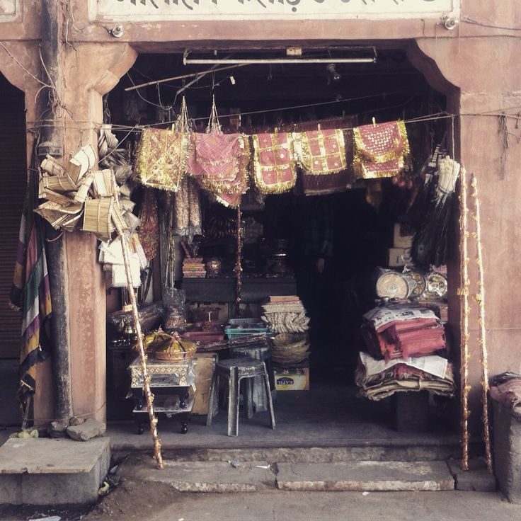 Curios & dust in the old pink city