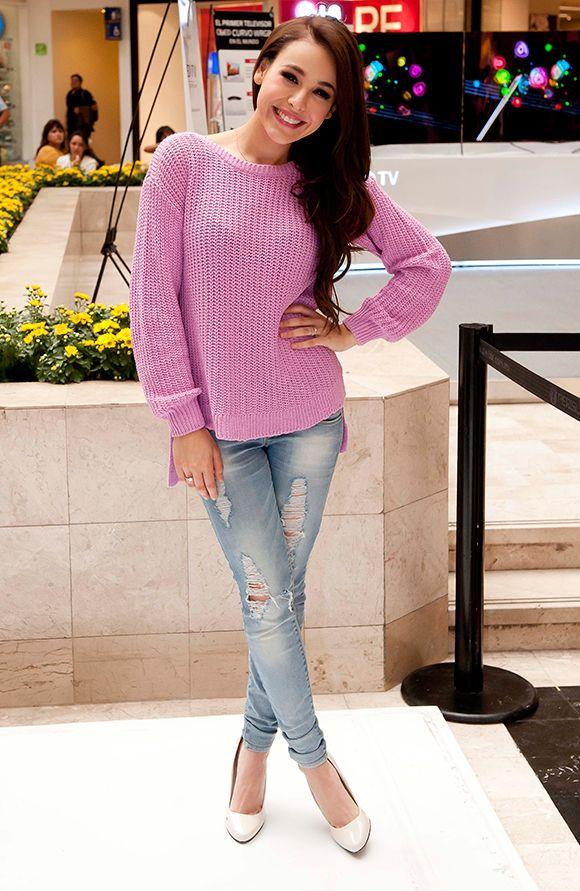 Danna Paola impone su estilo relajado y  chic  durante una firma de  autógrafos  c9ac59b099683