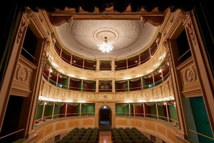 L'ensemble laBarocca di Ruben Jais porta sul palco del Teatro Gerolamo di Milano arie e brani di Lully, Rameau e Charpentier. Canta il tenore Cyril Auvity.