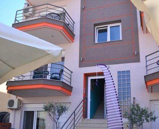 Ilida Apartments, www.ilida.upps.eu, Diese Unterkunft ist 2 Gehminuten vom Strand entfernt. Nur 150 m vom Meer bieten die Ilida Apartments in der Ortschaft Nea Peramos geräumige Unterkünfte zur Selbstverpflegung mit kostenfreiem WLAN. Freuen Sie sich auf einen Garten mit Grillmöglichkeiten und einem Kinderspielplatz. Der Sandstrand von Amolofoi liegt 2 km vom Komplex entfernt. Besuchen Sie auch die 15 km entfernte Küstenstadt Kavala und deren Hafen mit Anbindungen zur Insel Thasos.