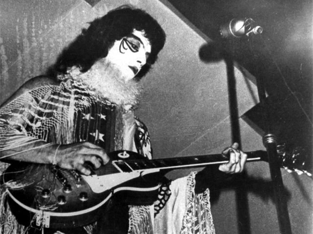 Eduardo Valenzuela, guitarrista del grupo Rock Los Trapos. Santiago de Chile 1974.