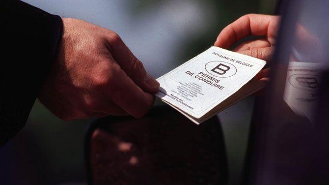 Wie vandaag in het bezit is van een voorlopig rijbewijs en niet binnen 36 maanden zijn praktisch rijexamen aflegt, moet drie jaar wachten om opnieuw het theoretisch examen af te leggen. Minister van Mobiliteit Weyts wil die regel herbekijken.