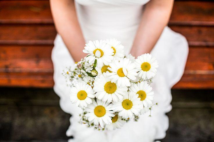 Bruidsboeket van margrieten, bruiloft wit, eenvoudig maar chique #bruidsboeket #bruidsfotograaf #bruidsfotografie Dario Endara