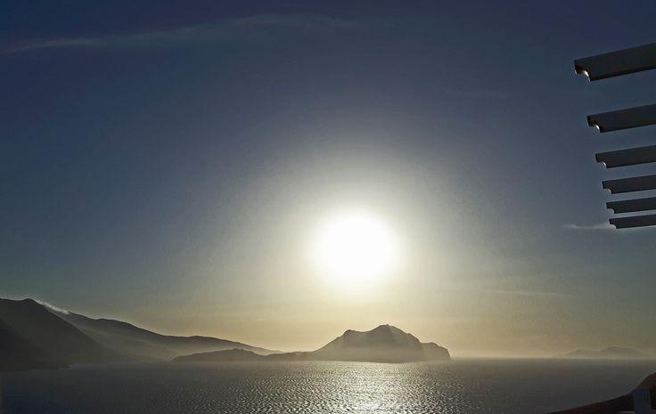 Magic view from Aegialis veranda ! Magie dans la baie d'Aigiali : Mer déchaînée, 3h de l'après-midi…